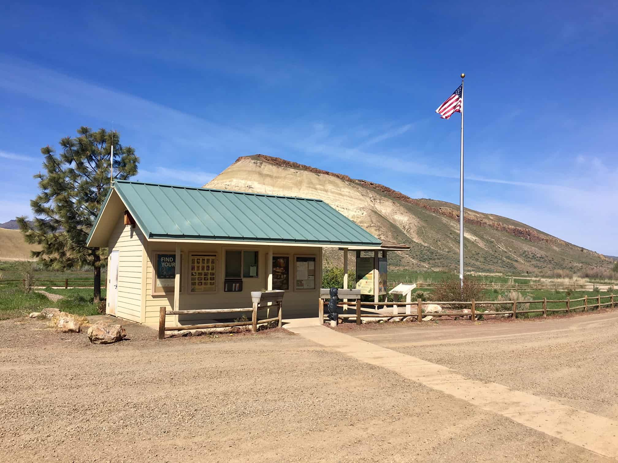 The visitor center / parking area at the Painted Hills sector of the John Day Fossil beds national monument.